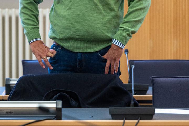 Der Ex-Chef der Firma muss sich fünf Jahre nach dem Salmonellen-Skandal unter anderem wegen Körperverletzung mit Todesfolge verantworten.