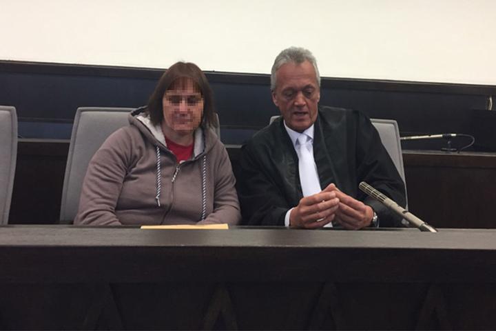 Angelika W. zeigt sich ohne Aktenmappe vor dem Gesicht. Neben ihr sitzt ihr Anwalt Peter Wüller.