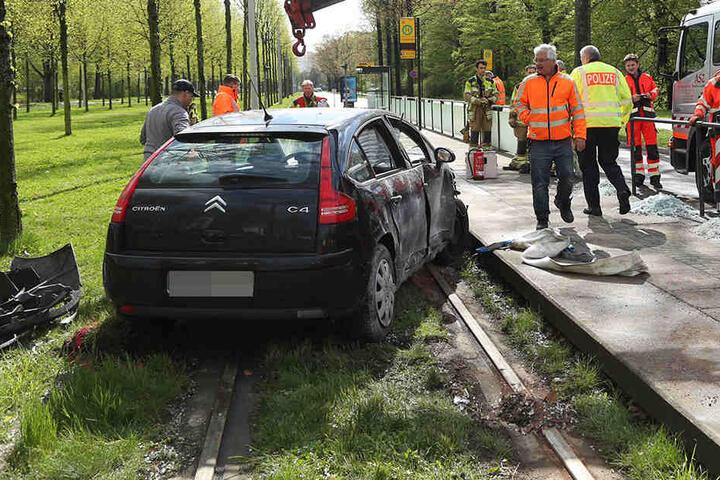 Das Auto kam im Gleisbett zum stehen.