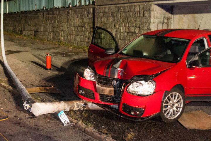 Die beiden Insassen des VW wurden bei dem Unfall verletzt.