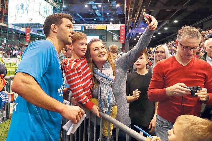 Selfies, Autogramm, Händeschütteln - in der Arena drehte sich am Samstag alles um den ehemaligen Kapitän der deutschen Nationalmannschaft.