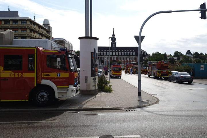 Feuerwehrfahrzeuge stehen vor dem Krankenhaus.