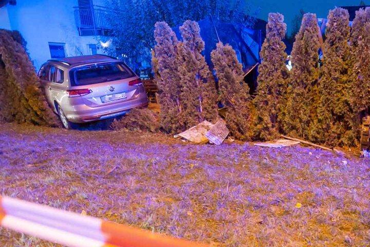 Die Hecke bremste das Fahrzeug ab und verhinderte wohlmöglich Schlimmeres.