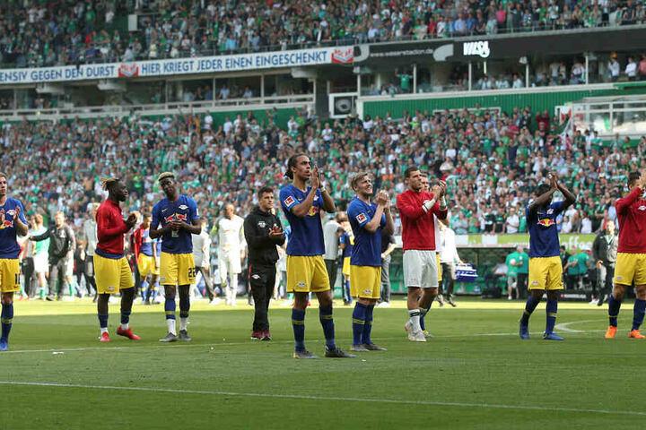 Die Roten Bullen holten sich nach der 1:2-Niederlage den Applaus der 3650 mitgereisten RB-Fans nach einer insgesamt überzeugenden Vorstellung ab.
