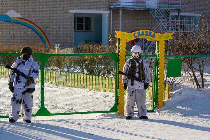 Schwer bewaffnete Polizisten sichern in der russischen Stadt Ulan-Ude eine Schule.