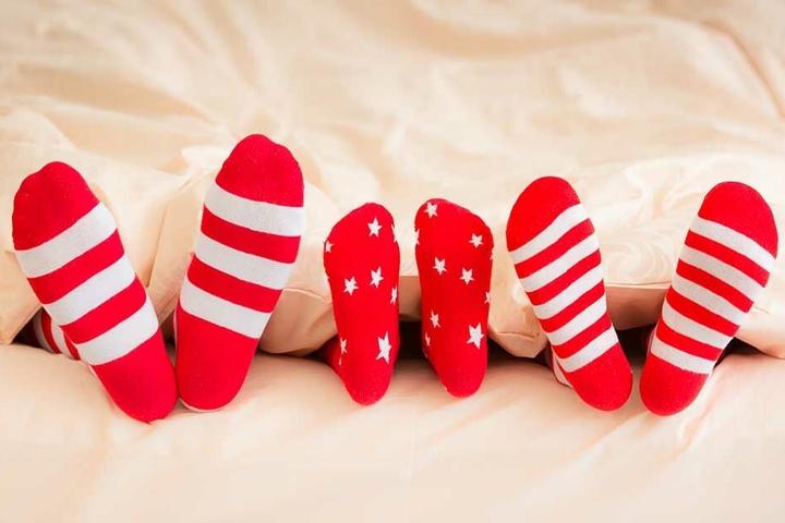 Socken lassen sich mit Nudelresten oder Erbsen ganz einfach rutschsicher machen.