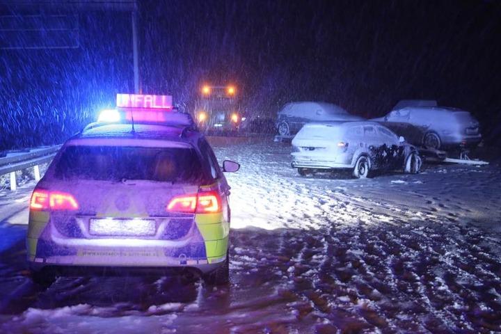 Mehrere Autos fuhren zwischen Nossen und Wilsdruff auf einen Autotransporter auf.