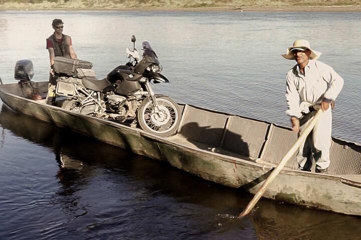 Wenn es auf dem Landweg nicht weiter ging, wurde eben auch jedes noch so kleine Boot genutzt.