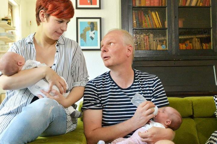 Papa Jörg (48) gibt der kleinen, süße drei Wochen jungen Anna das  Fläschchen.