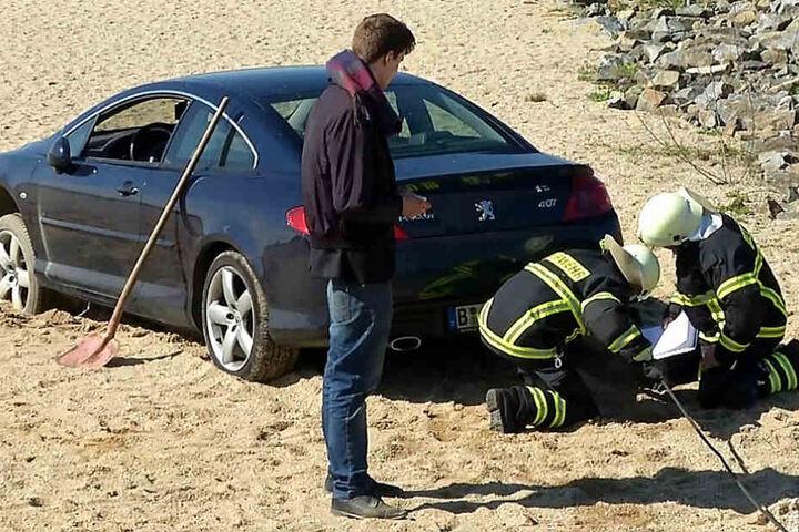 Um den Wagen zu befreien, musste die Feuerwehr anrücken.
