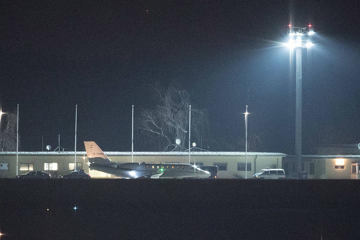 Die Maschine mit dem aus der Haft entlassenen Deniz Yücel landet auf dem Flughafen Tegel