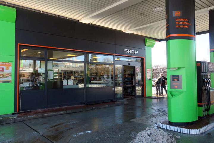 Die Unbekannten brachen in den Tankstellen-Shop ein.