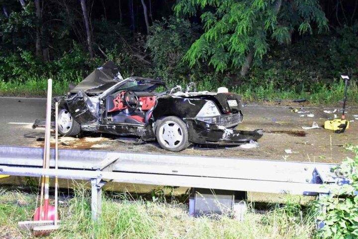 Das zerstörte Fahrzeug musste abgeschleppt werden.