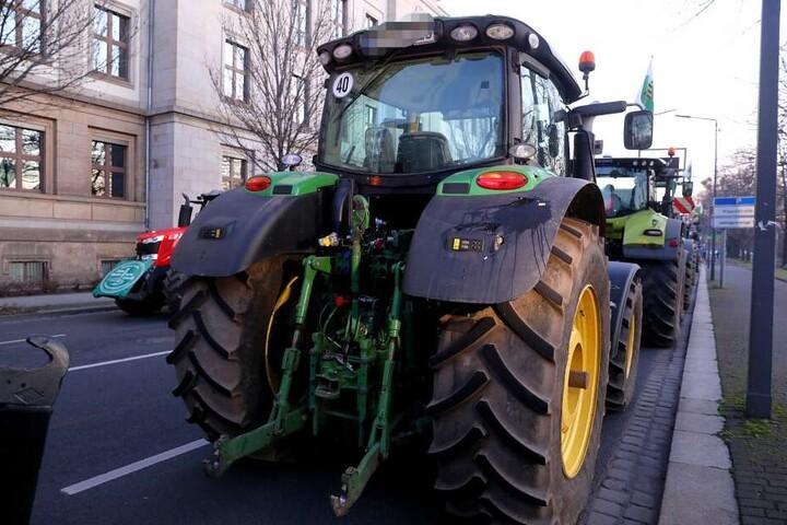Ein Traktor, der mit Eiern beworfen wurde.