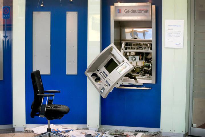Die Täter verwenden Gas oder Sprengstoff, um an das Geld in den Automaten zu gelangen.