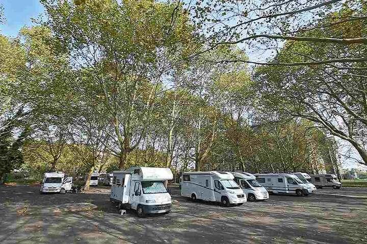 Auf den Grundstücken ist seit Jahren der Parkplatz für Wohnmobile. Aktuell ist der vermietet an eine private Betreibergesellschaft. Rechts im Bild sind Kultus- und Finanzministerium.