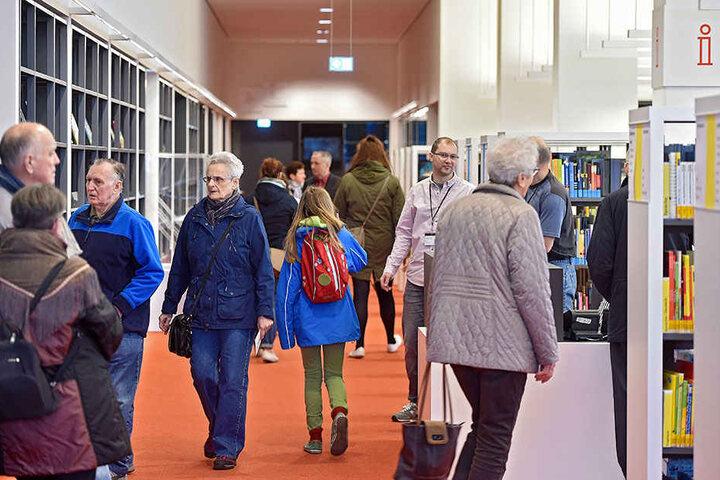 """Täglich kommen hunderte Menschen in die Hauptbibo. Die Zahl der """"physischen"""" Besucher geht seit Jahren zurück. Die """"virtuellen"""" Besuchszahlen der Einrichtung steigen dagegen stetig."""