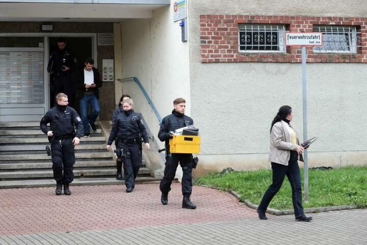 Einsatzkommandos gingen nach Angaben des Landeskriminalamtes in Erfurt zeitgleich in zwölf Wohnungen und einer Gemeinschaftsunterkunft in Thüringen, Hamburg, Nordrhein-Westfalen, Sachsen und Bayern vor.