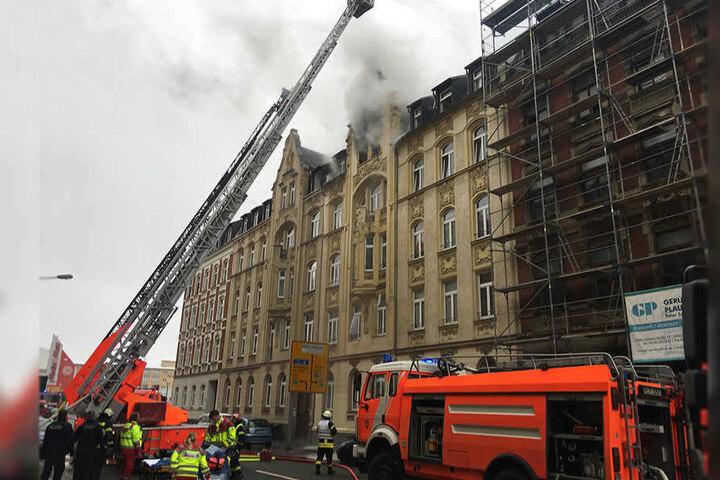 Laut Anklage zündete der Beschuldigte in einer Dachgeschosswohnung in Plauen vorsätzlich ein Stück Stoff an.