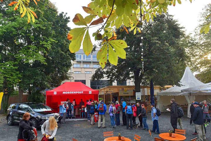 Am Elbegarten wurden die Wanderer mit Lunchpaketen und den offiziellen T-Shirts ausgestattet.
