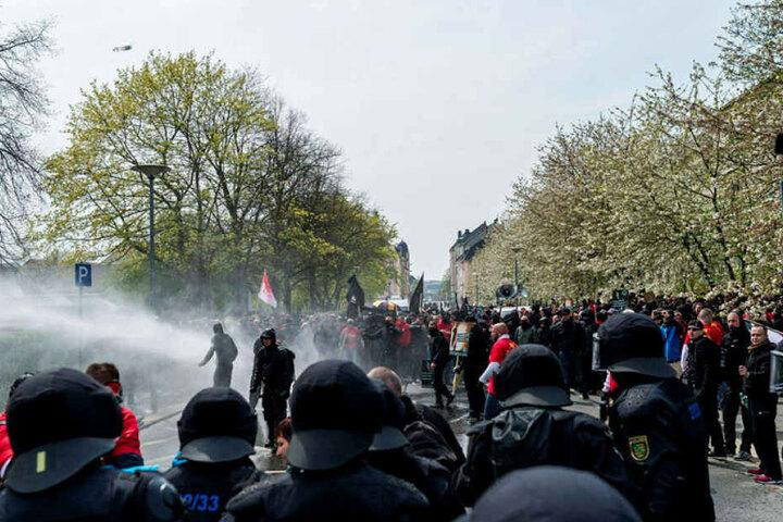 2016 eskalierten Gegenproteste in Plauen, die Polizei hatte alle Hände voll zu tun.