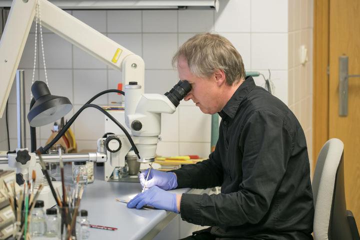 """Jens Dornheim (59) ist Diplom-Restaurator. Er untersucht die """"vergammelten"""" Münzen."""