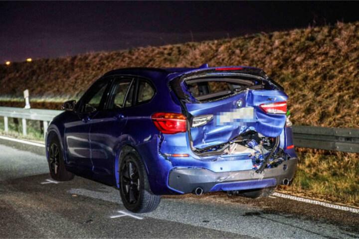 Das demolierte Heck des BMW. Der Beifahrer war ausgestiegen, um die Ladung zu sichern.
