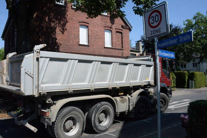 An dieser Kreuzung erfasste der Laster die Radfahrerin