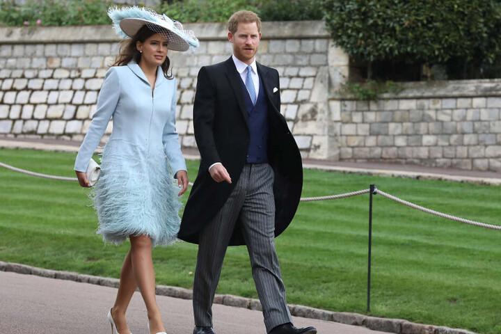Lady Sophie Windsor (l), Schwägerin der Braut, und Prinz Harry, Herzog von Sussex, auf dem Weg zur Hochzeit von Lady Gabriella Windsor.