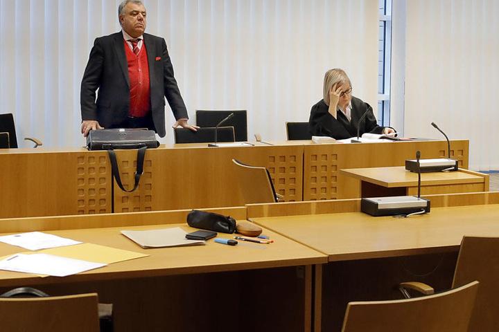 Ratlos standen am Mittwoch die Verteidigerin Nadine Röthig und der Dolmetscher im Amtsgericht Chemnitz - der Angeklagte fehlte.