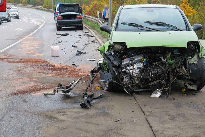 Die beiden PKW wurden bei dem Crash erheblich beschädigt.