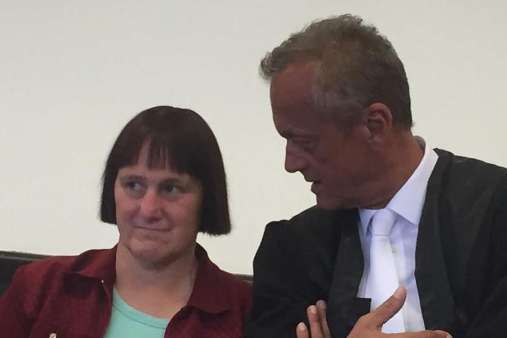 Angelika W. schaute sich vor Prozessbeginn im Gerichtssaal um.