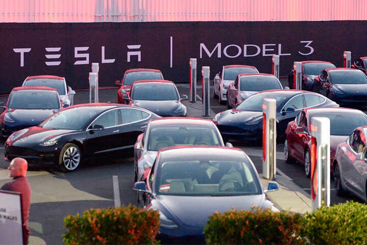 Der US-Konzern Tesla plant den Bau einer Fabrik in Europa. Mehrere Bundesländer bewerben sich, inzwischen zeigt auch Sachsen Interesse.