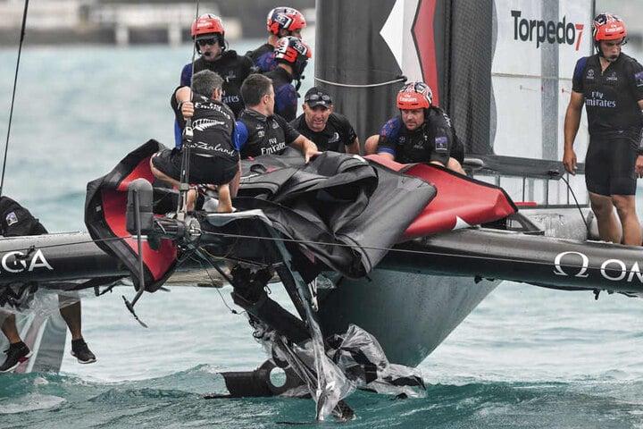 Ein Teil der Crew stürzte dabei ins Meer.