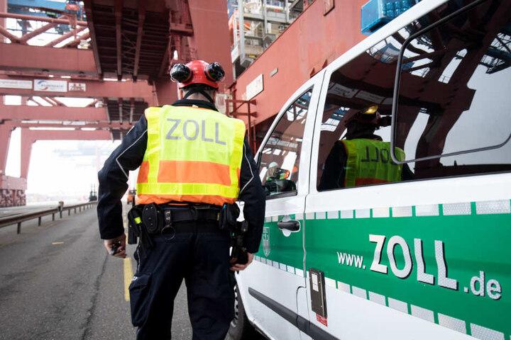 Ein Zöllner ist am Hamburger Hafen unterwegs.