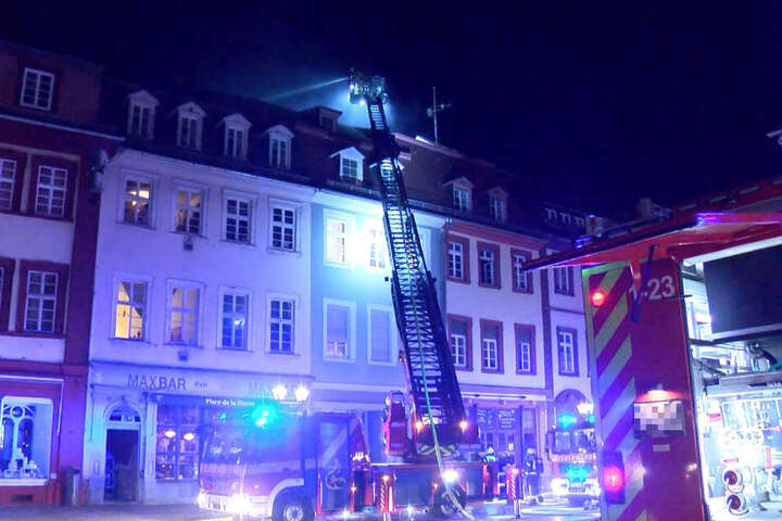 Die Feuerwehr beim Löschen des Brandes in dem Haus in der Altstadt.