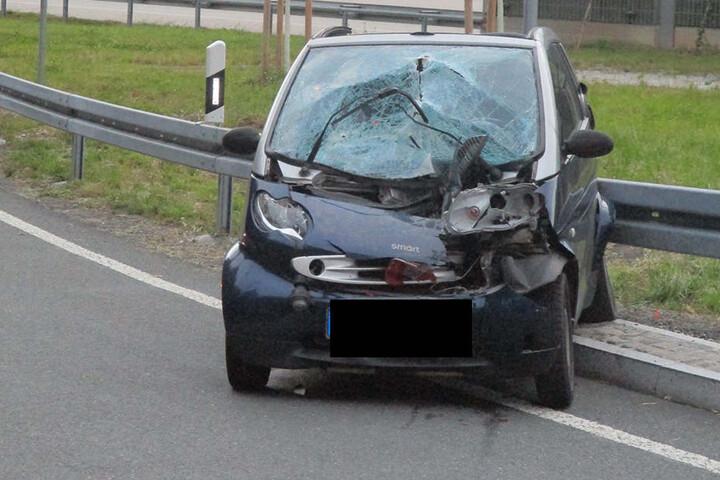 Der Smart wurde durch den Unfall schwer beschädigt.
