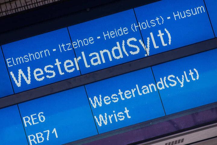 Eine Infotafel zeigt am Bahnhof Altona Züge mit dem Fahrziel Westerland (Sylt) an.