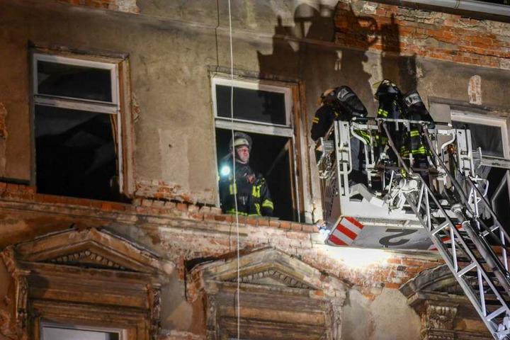 Weil ein Anwohner das Feuer rechtzeitig bemerkt hatte, konnte das Haus evakuiert werden, noch bevor die Polizei eintraf.