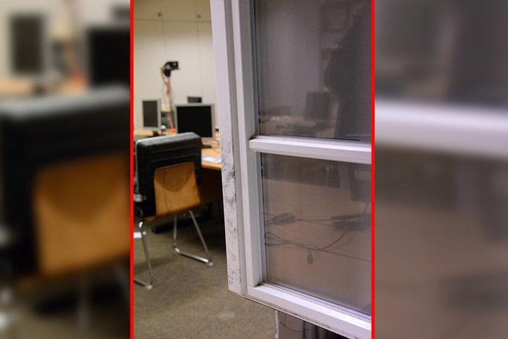 Durch dieses Fenster drangen die Vandalen vermutlich in die Schule ein.