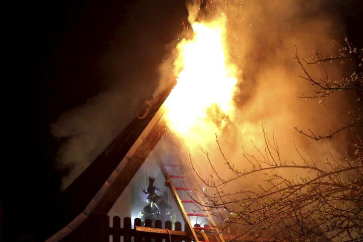 Als die Feuerwehr eintraf, schlugen die Flammen bereits aus dem Dach.