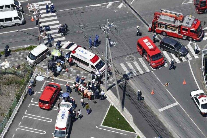 Bei einem tragischen Autounfall sind zwei kleine Kinder getötet und elf weitere verletzt worden.