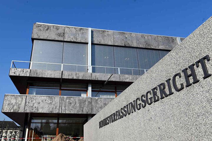 Die NPD und Der III. Weg sind vor dem Bundesverfassungsgericht in Karlsruhe mit Eilanträgen gegen die Entfernung von Wahlplakaten gescheitert.