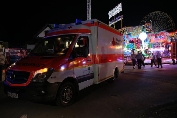 Ein Mann wurde bei einem Arbeitsunfall in einem Fahrgeschäft eingeklemmt.