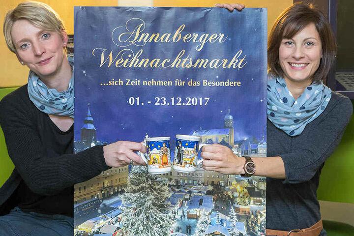 Nicole Otto (38, l.) und Alexandra Grunt (35) zeigen die neuen Glühweintassen mit Motiven des Krippenweges.