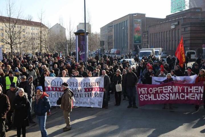 Vor dem Kraftwerk Mitte sind gerade Demonstranten des alternativen Täterspuren-Mahngangs unterwegs.