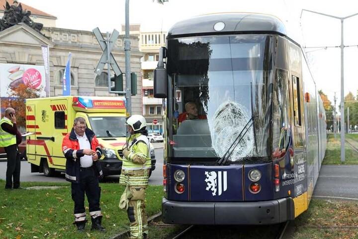 In Höhe der Markthalle wurde der Fußgänger von der Straßenbahn erfasst.