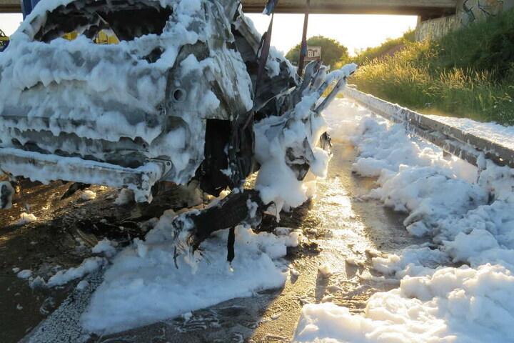 Nachdem er einen Lkw touchiert hatte, stand ein Wagen auf dem Seitenstreifen in Flammen.