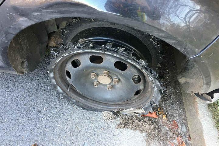 """Den Beamten gelang es, einen sogenannten """"Stop-Stick"""" vor das flüchtende Fahrzeug zu legen."""