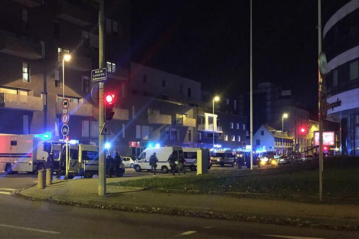 Die Route de l'Hopital in Straßburg nahe dem Polizeipräsidium ist von der Polizei abgesperrt.